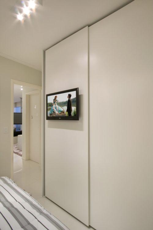 Detalhe tv em armário
